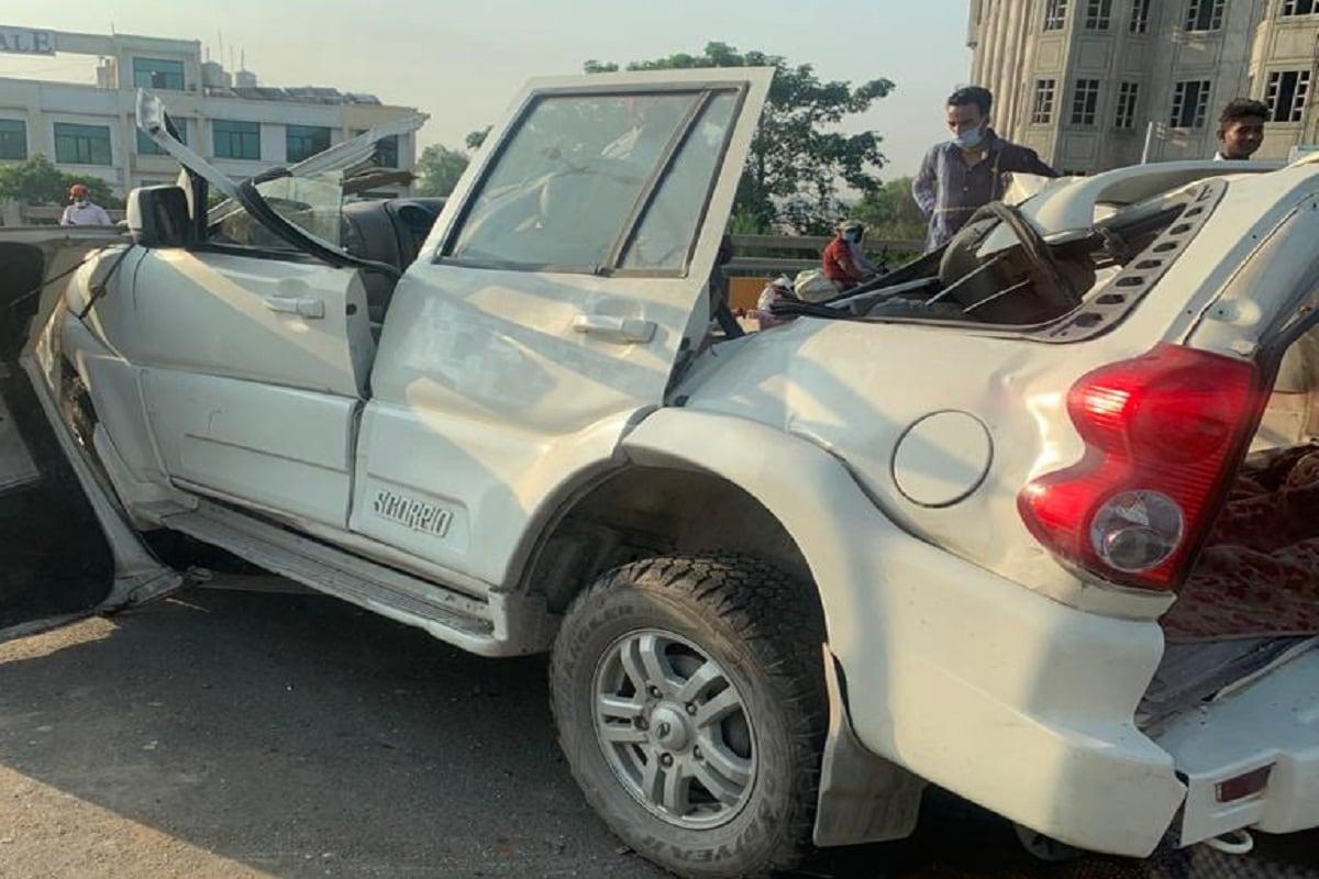 जीरकपुर-ढकोली-पंचकूला फ्लाईओवर पर गुरुवार को तेज रफ्तार का कहर देखने को मिला. यहां स्कॉर्पियो कार की एक क्रेन से टक्कर हो गई. (Photo: News18)