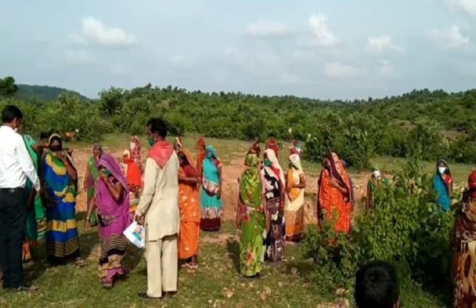 छतरपुर बुंदेलखंड का वो इलाका है जहां सूखा और पानी की किल्लत हमेशा बनी रहती है. इससे परेशान महिलाओं अपनी सूझबूझ और कड़ी मेहनत से ये कमाल कर दिखाया. उन्हें इस काम में एक NGO ने मदद की.