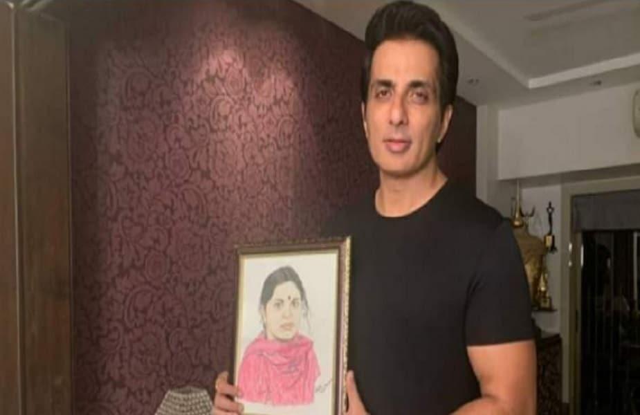रीता ने फौरन वो पेंटिंग पार्सल से सोनू सूद को मुंबई भेज दी. सोनू ने मां की पेंटिंग के साथ अपना फोटो खिंचवायी और फेसबुक और ट्विटर पर शेयर की.