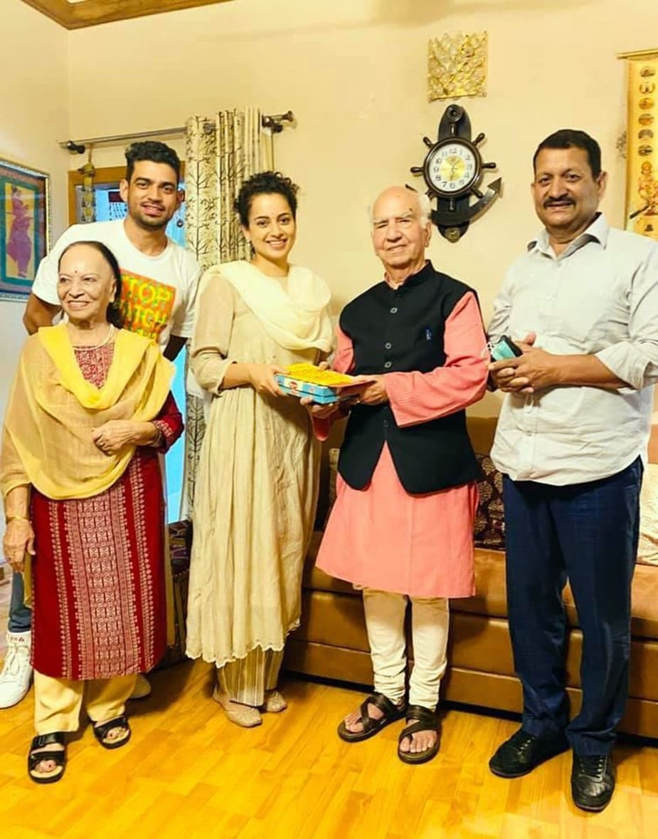 शांता ने कहा कि सुशांत राजपूत आत्महत्या के बाद जिस साहस और बेबाकी से कंगना रणौत ने सिनेमा जगत के मूवी माफिया को बेनकाब किया है, उससे उसके प्रति हमारा सम्मान और अधिक बढ़ा है.
