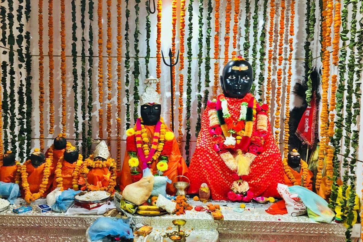 धर्मपुर (मंडी). हिमाचल प्रदेश के मंडी जिले के प्रसिद्ध बाबा कमलाहिया मंदिर ने बाबा की नई मूर्ति की स्थापना कर दी गई है. सोमवार को नवरात्र के तीसरे दिन मंदिर में बाबा की मूर्ति की स्थापना की गई है.