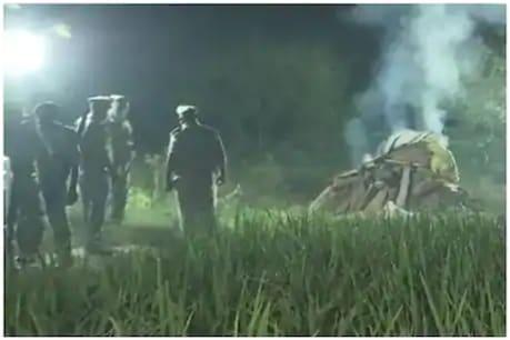 लड़की की मौत के बाद प्रशासन ने परिजनों की मर्जी के बगैर रातो-रात लाश जला दी थी.  (File Photo)