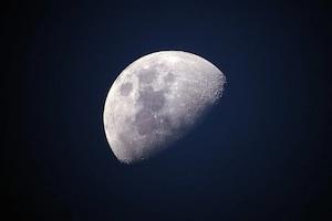 जानिए चंद्रमा के पीछे का हिस्सा उसके आगे के हिस्से से क्यों है इतना अलग