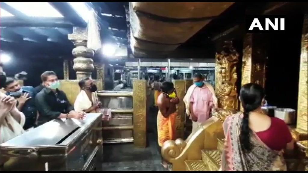 शनिवार को सबरीमाला मंदिर के कपाट भी खुल गए. हालांकि यहां आने वालेभक्तोंको पहलेकोविड-19टेस्ट करवाना अनिवार्य किया गया है.