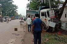 Saraikela : टल्ली हाईवा चालक ने दो मोटरसाइकलों और एक मैक्सो को मारी टक्कर, एक की मौत, छह घायल