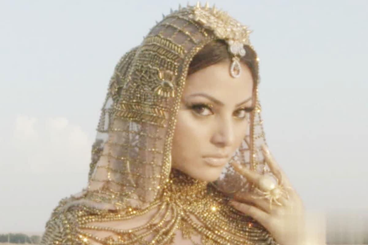 Urvashi Rautela, Arab Fashion week, Urvashi Rautela first Indian woman to enter in Arab Fashion week, Urvashi Rautela Arab Fashion week showstopper, social media, viral news, viral photo, bollywood, news 18 hindi, उर्वशी रौतेला, अरब फैशन वीक