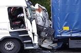 हाईवे पर 2 ट्रकों के बीच वैन का निकला कचूमर, फिर भी जिंदा बच निकला ड्राइवर