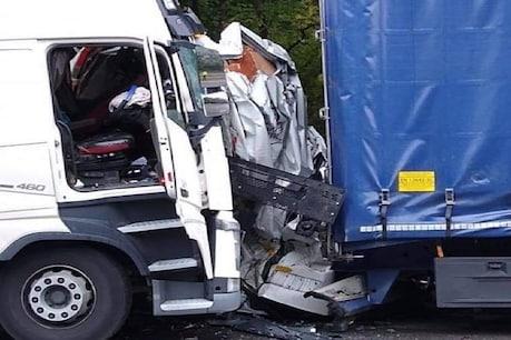 OMG! हाईवे पर 2 ट्रकों के बीच फंसे वैन का निकला कचूमर, फिर भी जिंदा बच निकला ड्राइवर