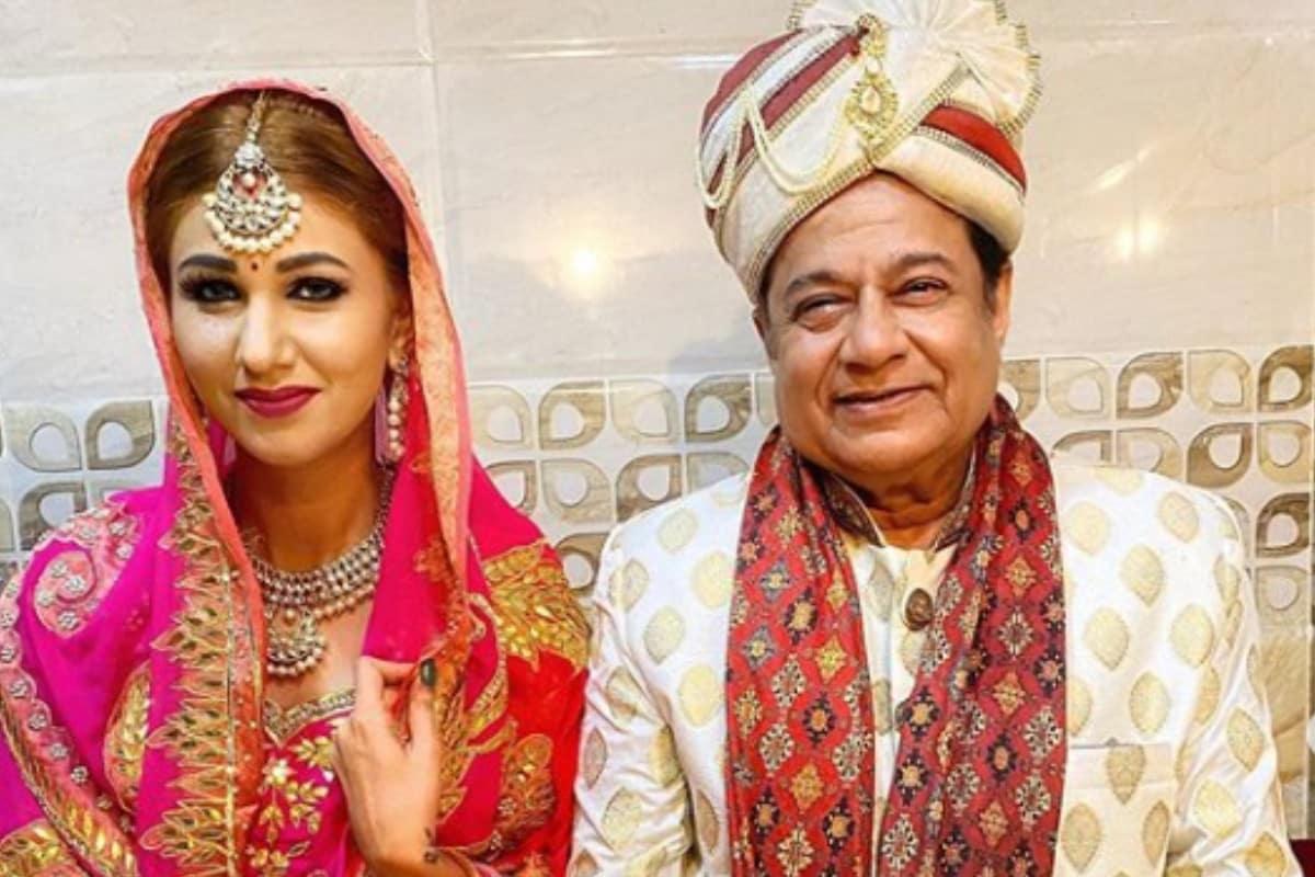 Anup Jalota, Jasleen Matharu, Anup Jalota-Jasleen Matharu get married, Anup Jalota-Jasleen Matharus wedding, Anup Jalota become groom , Jasleen Matharu becomes bride, social media, viral photo, Bollywood, News 18, Network 18, अनूप जलोटा, जसलीन मथारू, अनूप जलोटा-जसलीन मथारू ने की शादी, अनूप जलोटा-जसलीन मथारू की शादी, दूल्हा बनें अनूप जलोटा, जसलीन मथारू बनीं दुल्हन, सोशल मीडिया, वायरल फोटो, बॉलीवुड, न्यूज 18, नेटवर्क 18