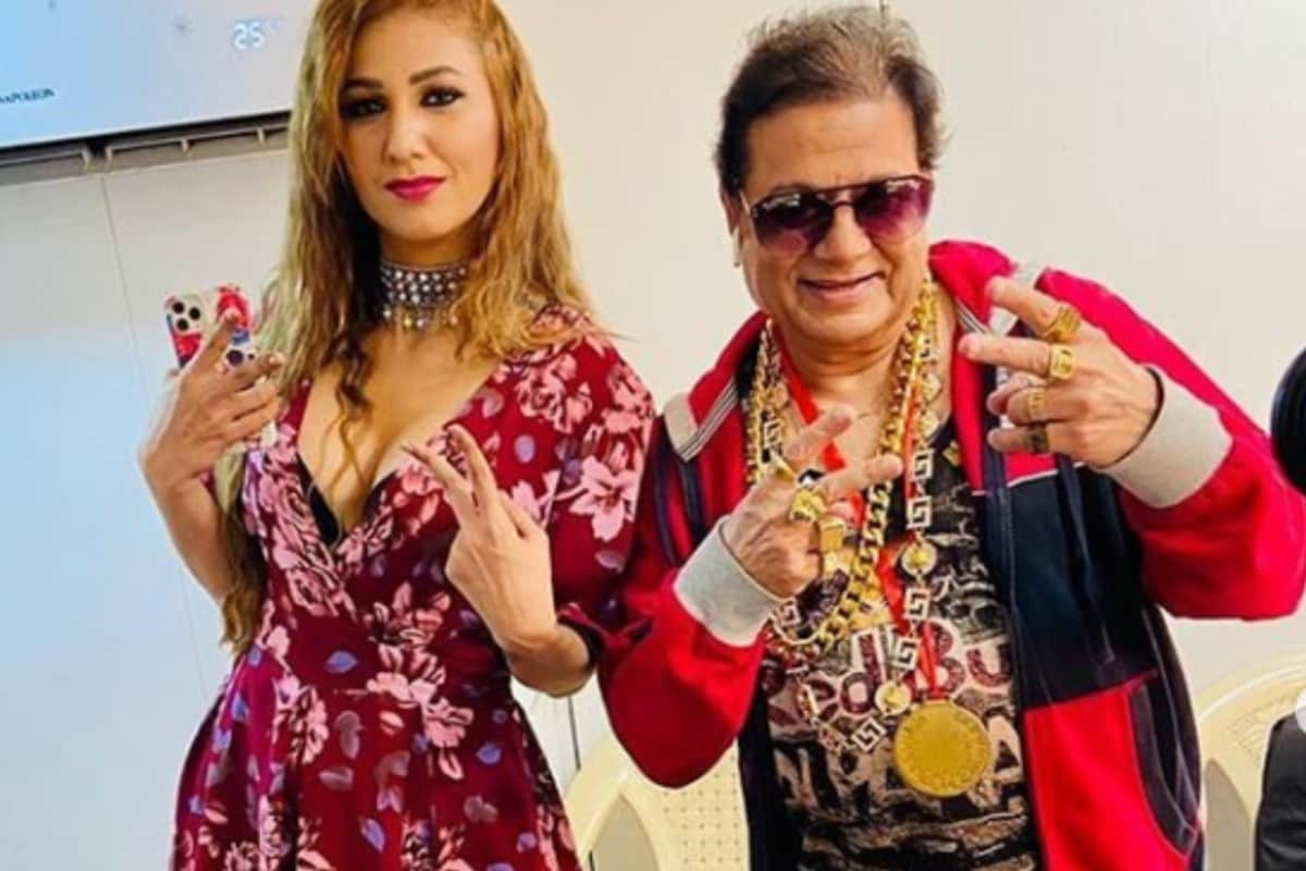 Anup Jalota, Jasleen Matharu, Anup Jalota as rapper, Anoop Jalota now gives competition to Honey Singh, Anup Jalota new photos with Jasleen Matharu, Anup Jalota and Jasleen Matharu releationship, Social Media, film Vo Meri Student Hai, Entertainment, Social Media, Viral Pics, News18, Network 18, अनूप जलोटा, बप्पी लहरी, जसलीन मथारू, अनूप जलोटा और जसलीन मथारू, अनूप जलोटा ने शेयर की तस्वीर