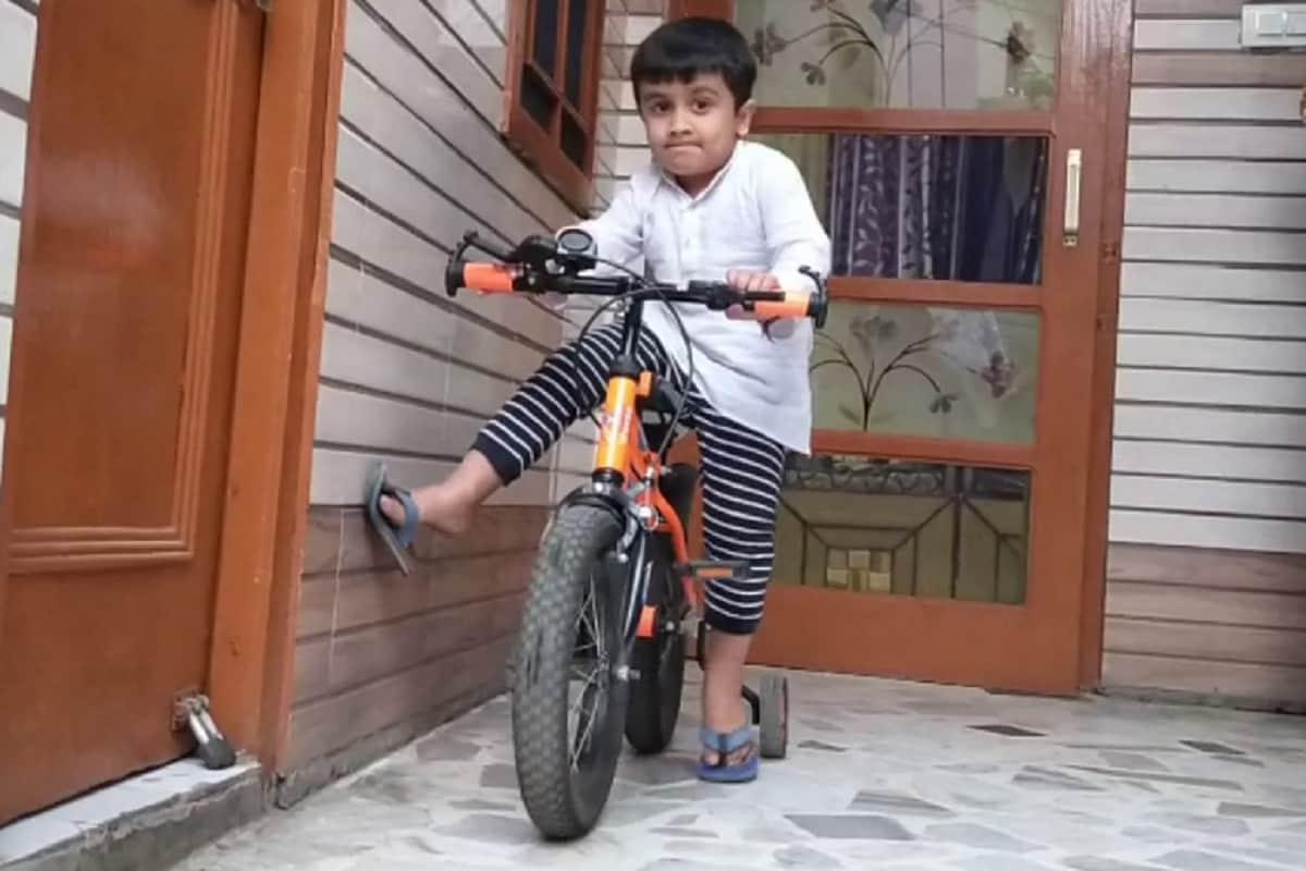 आज के दौड़भाग के युग में हर कोई अपने आसपास होने वाली घटना को देख कर भी अंजान बन जाता है और पुलिस में इसकी शिकायत करने से भी डरता है. मगर पंजाब के जिला फतेहगढ़ साहिब के हल्का बस्सी पठाना में एक 4 वर्षीय बच्चा ऐसे लोगों के लिए उदाहरण बनकर सामने आया है. 4 वर्षीय यह बच्चा अपने साइकिल की घंटी के गुम होने की शिकायत करने के लिए अपने पिता के साथ पुलिस चौकी में पहुंचा. (Photo: News18)