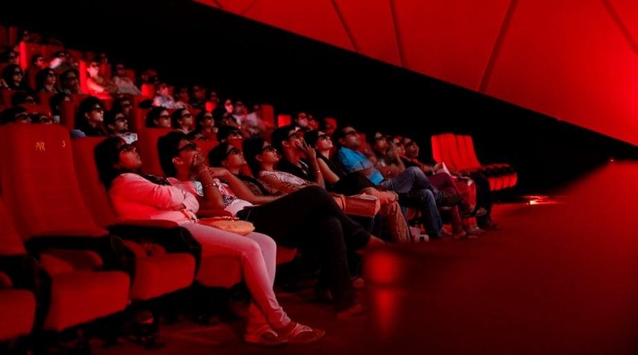 1. सरकार ने 15 अक्टूबर से कंटेनमेंट जोन के इलाकों को छोड़कर बाकी इलाकों में 50% सीटों के साथ मल्टीप्लेक्स और सिनेमा हॉल खोलने की अनुमति दी है. सरकार की गाइडलाइन के अनुसार महज 50% सीटों के लिए ही बुकिंग होगी. दो लोगों के बीच की एक सीट खाली रहेगी और उस सीट पर मार्क लगाना आवश्यक होगा ताकि इस पर कोई बैठ ना सके.(फोटो-न्यूज18)