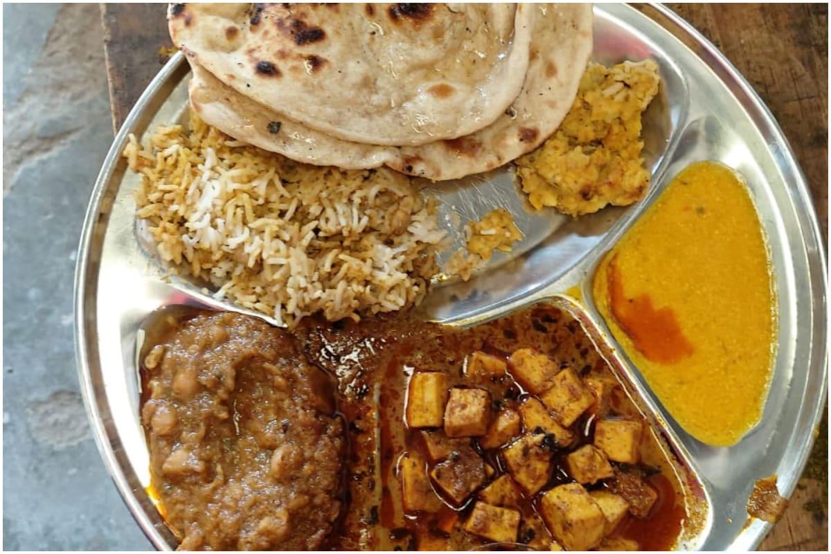 दिल्ली में एक रसोई ऐसी भी है जहां जरुरतमंदों को महज 1 रुपये में पूरी थाली मिलती है. जी हां, दिल्ली के नांगलोई इलाके में शिव मंदिर के पास समाजसेवी प्रवीण गोयल (Praveen Goyal)'श्याम रसोई' चलाते हैं. इस रसोई की खासियत है कि यहां कोई भी शख्स सिर्फ एक रुपये में भरपेट खाना खा सकता है.