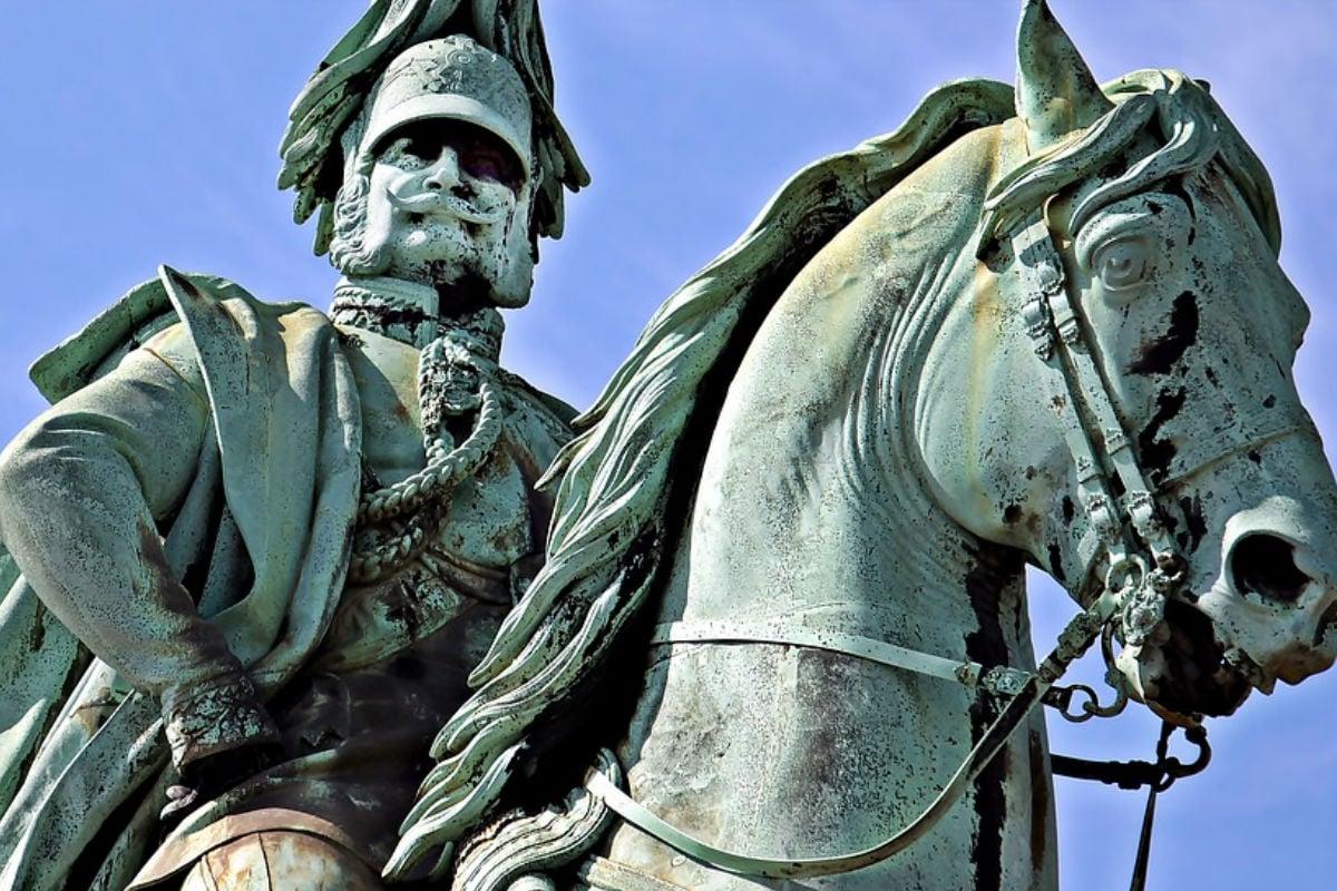 बाहशाहों की तरह-तरह की सनकों (mania) के किस्से खूब मशहूर हुए हैं. ऐसे ही एक सनकी बादशाह Frederick William I (फ्रेडरिक विलियम प्रथम) तत्कालीन प्रशा (Prussia) का शासक था. साल 1713 से 1740 के अपने शासन के दौरान किंग विलियम ने खूब अजीबोगरीब काम किए. राजा अपने लंबे सैनिकों को मोटा वेतन देने का शौकीन था. हालांकि सैनिकों को इस वेतन को पाने के लिए खासी बेइज्जती सहनी होती थी. सांकेतिक फोटो (Pixabay)