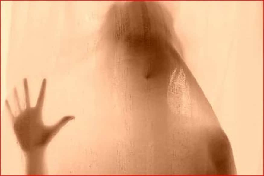 आपने अक्सर भूत-प्रेत की कहानियां सुनी और किताबों में पढ़ी होंगी. लेकिन शायद ही कि शख्स को भूत (Ghost) से प्यार करने के बारे में सुना होगा. हालांकि फिल्मों में आज जरूर भूत से दोस्ती और प्यार (Love) जैसी घटनाओं के बारे में देख चुके होंगे. लेकिन इंग्लैंड में इसी तरह की एक सच्ची घटना सामने आए है. जिसे जानकर यकीनन आप हैरान रह जाएंगे. दरअसल, इंग्लैंड की एक महिला ने ना केवल भूत के साथ रिलेशनशिप शुरू की बल्कि उसके साथ विदेश में छुट्टियां भी मनाने चली गई. लेकिन लंबे समय से चले आ रहे इस रिश्ते को वह महिला अब तोड़ना चाहती है. (फोटो सौ. pxfuel)