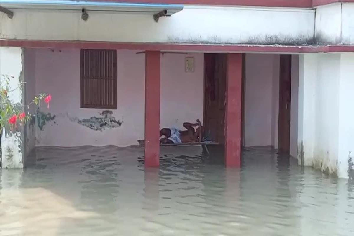 गोपालगंज. बिहार के गोपालगंज में दोबारा आयी बाढ़ ने लोगों की मुश्किलें बढ़ा दी हैं. सारण मुख्य तटबंध के टूटने के कारण बैकुंठपुर और बरौली प्रखंड के कई गांवों में बाढ़ का पानी चारों तरफ तबाही मचा रहा है. कई गंव के मुख्य सड़क पानी के तेज बहाव होने से टूट गए हैं. सड़क के टूटने और पानी के तेज बहाव से जहां आवागमन ठप्प हो गया है वहीं बाढ़ का पानी सैकड़ो घर में प्रवेश कर गया है. (रिपोर्ट- मुकेश कुमार)