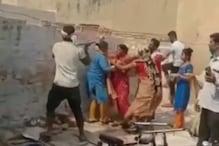 हाथरस: मां-बेटी लगाती रहीं गुहार, दबंग घर पर चलाते रहे हथौड़ा, देखें Video