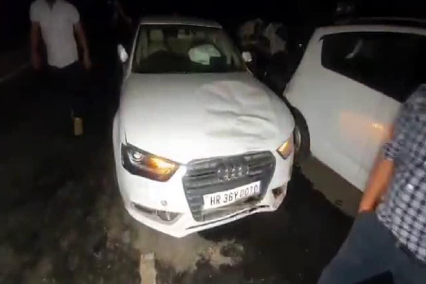 बताया जा रहा है कि एक तेज़ रफ़्तार ऑडी कार ने 2 कारों और 1 बाइक को टक्कर मार दी. 3 वाहनों पर 6 लोग सवार थे, जिसमें 3 लोग घायल हो गए. (Photos: News18)