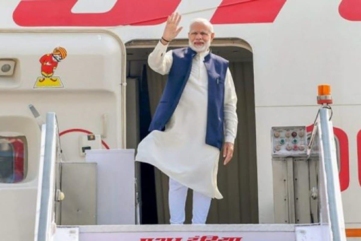भारत में एक साथ दो बोइंग 777-300ER विमान आ रहे हैं. इनका इस्तेमाल प्रधानमंत्री नरेंद्र मोदी, राष्ट्रपति रामनाथ कोविंद और उपराष्ट्रपति एम वेंकैया नायडू करेंगे. अभी तक ये सभी लोग एअर इंडिया के बोइंग बी 747 विमान का इस्तेमाल करते हैं. (File pic PTI)