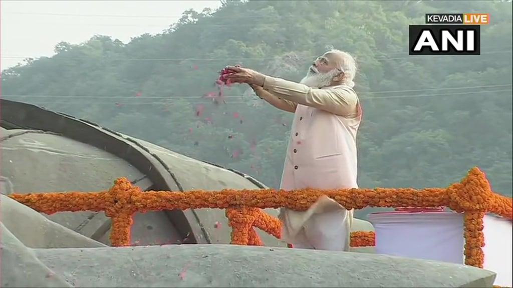 केवडिया (गुजरात). प्रधानमंत्री नरेन्द्र मोदी ने लौह पुरुष सरदार वल्लभ भाई पटेल की 145वीं जयंती पर उन्हें यहां केवडिया में 'स्टैच्यू ऑफ यूनिटी' पर शनिवार को श्रद्धांजलि अर्पित की. उन्होंने ट्वीट कर कहा, 'राष्ट्रीय एकता और अखंडता के अग्रदूत लौह पुरुष सरदार वल्लभभाई पटेल को उनकी जन्म-जयंती पर विनम्र श्रद्धांजलि.'