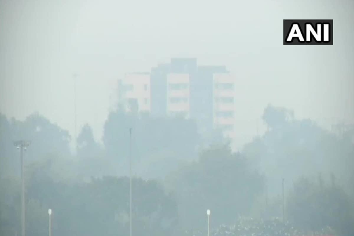 नई दिल्ली. देश की राष्ट्रीय राजधानी दिल्ली में वायु गुणवत्ता सुधरने के बजाए धीरे-धीरे और खराब ही होती चली जा रही है. इससे राजधानी में हवा जहरीली हो गई है. ऐसे में लोगों का सांस लेना दूभर हो गया है. वहीं, प्रदूषण के चलते कई स्थानों पर धुंध छाई हुई है. आईटीओ और अक्षरधाम के पाससामवारसुबह धुंध इतनी बढ़ गई विजिबिलिटी काफी कम हो गई है. थोड़ी सी दूरी पर स्थित इमारतों को देख पाना मुश्किल हो गया था.केंद्रीय प्रदूषण नियंत्रण बोर्ड (सीपीसीबी) के आंकड़ों के अनुसार, आज आईटीओ में एयर क्वालिटी इंडेक्स 307 पर पहुंच गया.