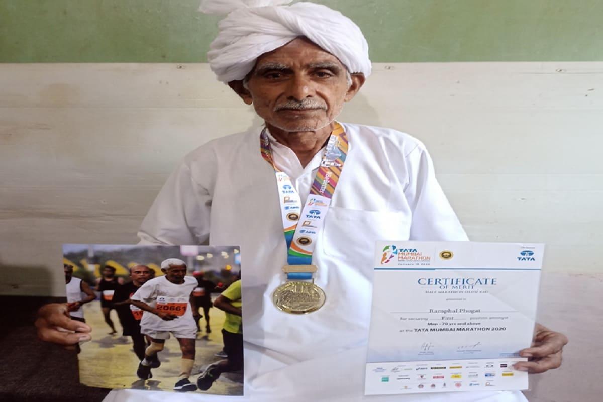 चरखी दादरी. 40 की उम्र पार करते ही अगर दौडऩा पड़ जाए तो सांस फूल जाती है, लेकिन दादरी के गांव कमोद निवासी रामफल 72 की उम्र भी मैराथन दौड़ रहे हैं और नए-नए रिकॉर्ड बना रहे हैं. पिछले दिनों मुंबई में आयोजित एशियन हाफ मैराथन चैंपियनशिप में 72 वर्षीय रामफल ने रिकॉर्ड बनाते हुए गोल्ड मेडल जीता है. (Photo: News18)