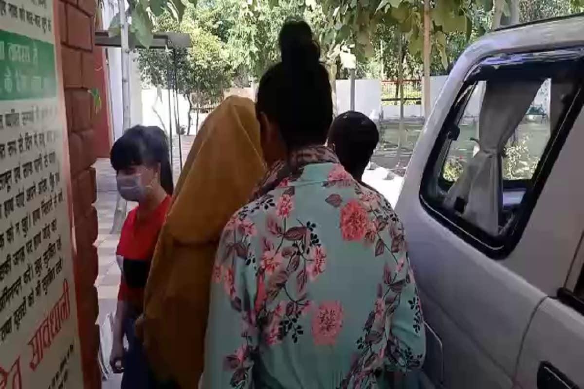 हरियाणा के पंचकूला जिले में पुलिस ने अंतरराष्ट्रीय सेक्स रैकेट का भंडाफोड़ किया है. पुलिस ने पंचकूला के सेक्टर 12 से 4 विदेशी लड़कियों को दलालों के चुंगल के छुड़ाया हैं.(PHOTO: News18)