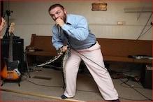 VIDEO: हाथ में रेटलस्नेक लेकर उपदेश दे रहा था पादरी, तभी सांप ने कर दिया अटैक
