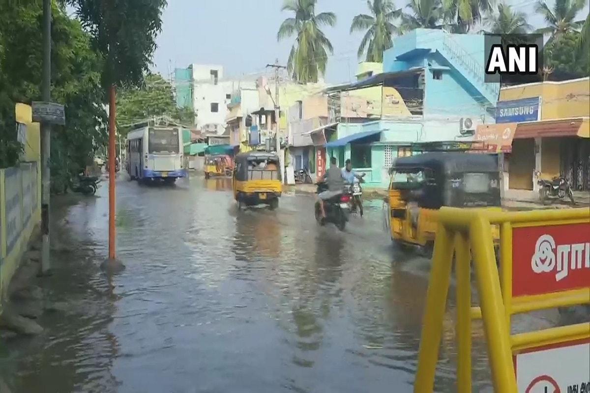भारतीय मौसम विज्ञान विभाग (IMD) के अनुसार, आमतौर पर भारी बारिश के साथ आसमान में बादल छाए रहने की संभावना है. चेन्नई के कई हिस्सों में बारिश से हाल बेहाल है. आवासीय क्षेत्रों में पानी के प्रवेश से जनजीवन अस्त व्यस्त हो गया है. वहां से कुछ तस्वीरें और वीडियो भी सामने आई हैं.