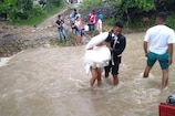 शादी करने जा रहा था कपल, आ गया तूफान, फिर भी उफनाती नदी पार करके पहुंचे चर्च