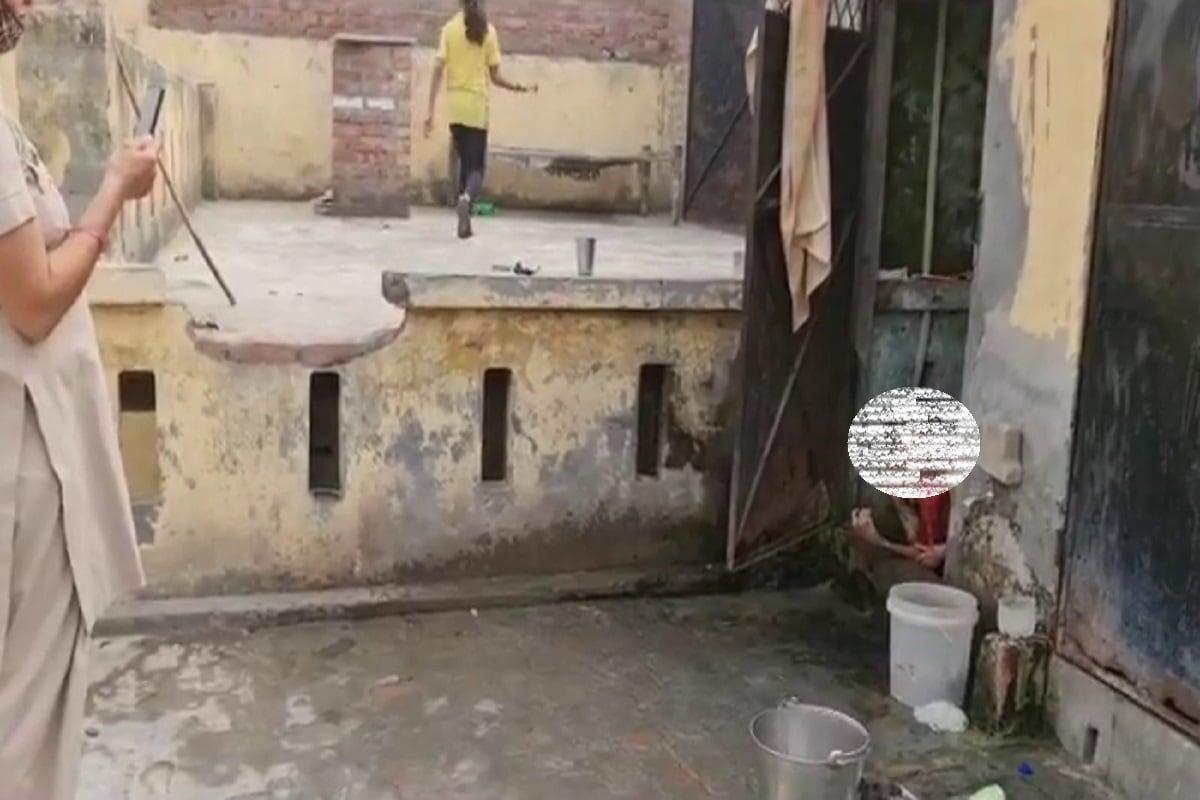 पानीपत में एक दिल दहला देने वाला मामला सामने आया है. जिले के सनौली में एक महिला को उसके पति ने करीब 3 साल से बाथरूम में बंद रखा. उसे मारता पीटता और खाने को भी नहीं देता था. महिला संरक्षण अधिकारी ने जब उसे बाहर निकाला तो उसने सबसे पहले रोटी मांगी. (Photo: News18)