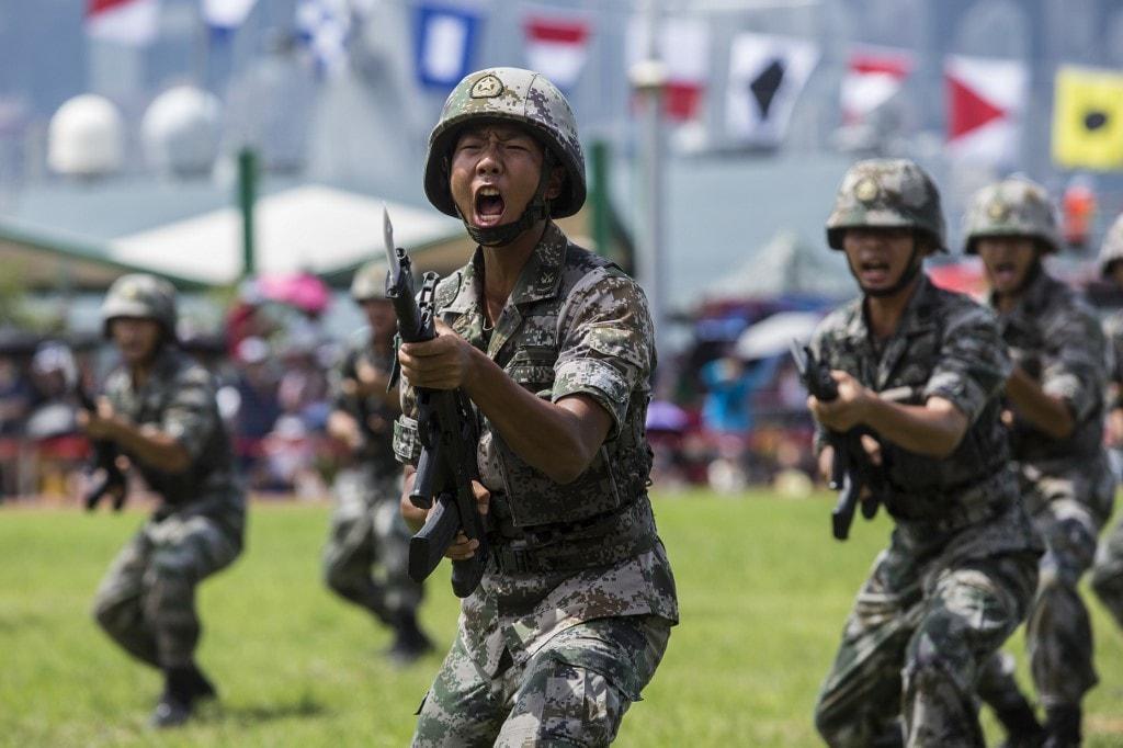 सीसीटीवी ने कहा कि पर्याप्त सप्लाई के बाद अब चीनी सैनिक आसानी से ठंड का मौसम बिता सकेंगे. चीनी सामानों का यह कारवां ऐसे रास्ते से गुजरा जहां बहुत तेजी से ऑक्सीजन का लेवल गिर जाता है और भूस्खलन होता रहता है. इस दौरान चीनी सैनिकों को सप्लाई बनाए रखने के लिए काफी मशक्कत करनी पड़ी. गत मई महीने से ही चीन और भारत के हजारों की तादाद में सैनिक इस इलाके में आमने-सामने मौजूद हैं.(फोटो- AFP)