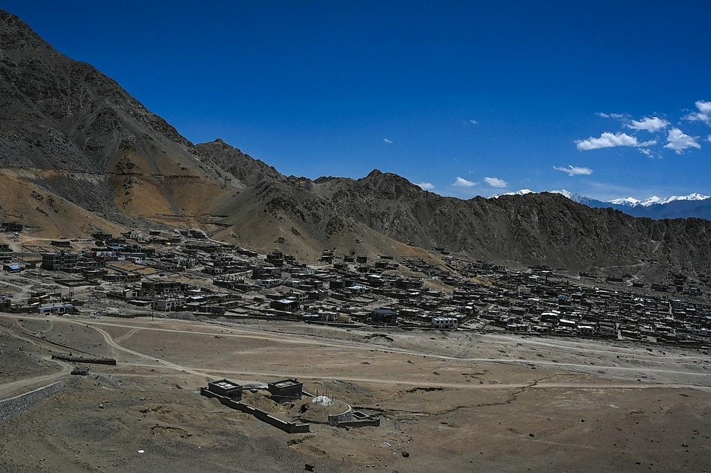 ग्लोबल टाइम्स ने कहा कि सार्वजनिक दस्तावेजों के मुताबिक दक्षिण पश्चिम तिब्बत के यादोंग काउंटी के अधिकारियों ने पुष्टि की है कि शांगदुई गांव के 27 घरों के 124 लोग स्वैच्छिक तरीके से पांग्डा गांव में सितंबर में रहने आए हैं. उसने यह भी कहा कि यह गांव काउंटी से 35 किमी दूर स्थित है. उसने कहा कि इस गांव में एक चौक, हेल्थ रूम, स्कूल, सुपरमार्केट और पुलिस रूम बनाया गया है.(फोटो- AFP)