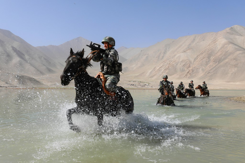 हिंदुस्तान टाइम्स की रिपोर्ट के मुताबिक चीनी सेना की इस कार्रवाई से स्पष्ट संकेत मिलता है कि वह अक्साई चिन में लंबे समय तक डटे रहने की तैयारी कर रही है. साथ ही भारत के साथ बातचीत के बाद भी उस पर दबाव बनाए रखना चाहती है. भारत और चीन की सेना के बीच सैनिकों को पीछे हटाने और तनाव को घटाने के लिए बहुत जल्द ही बातचीत होने वाली है. भारतीय सैन्य सूत्रों ने बताया कि पीएलए कराकोरम पास से 30 किमी दूर समर लुंगपा और रेचिन ला के दक्षिण में स्थित माउंट साजूम में 10-10 बंकर बना रही है. यही नहीं चीनी सेना की नजर रणनीतिक रूप से बेहद अहम दौलत बेग ओल्डी हवाई पट्टी पर भी है.(फोटो- AFP)