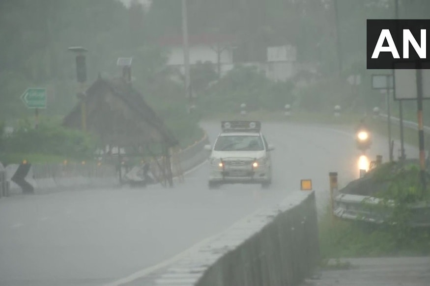 चेन्नई. समय के साथ निवार तूफान और विकराल होता जा रहा है. तमिलनाडु की राजधानी चेन्नई में बीते 24 घंटों से जमकर बारिश हो रही है. बंगाल की खाड़ी (Bay of Bengal) से उठे निवार तूफान फिलहाल चेन्नई से करीब 350 किमी दूर है. यह जानकारी चेन्नई के साइक्लोन वॉर्निंग सेंटर ने दी है. फिलहाल दक्षिण-पूर्व इलाके में मौजूद या तूफान उत्तर-पश्चिम दिशा में तेजी से बढ़ रहा है. (फोटो: ANI/Twitter)