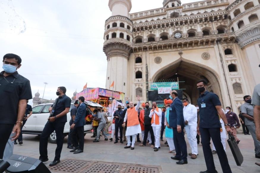 हैदराबाद. भारत सरकार में गृहमंत्री अमित शाह (Amit Shah) आज हैदराबाद पहुंचे हैं. वह यहां ग्रेटर हैदराबाद नगर निगम चुनाव (Greater Hyderabad civic elections) में प्रचार करने आए हैं. सबसे पहले बेगमपेट एयरपोर्ट पर बीजेपी कार्यकर्ताओं ने जमकर स्वागत किया. अपने कार्यक्रम के अनुसार शाह ने प्रचार अभियान की शुरुआत चारमिनार से सटे भाग्यलक्ष्मी मंदिर में पूजा कर की. (फोटो: Twitter/@AmitShah)