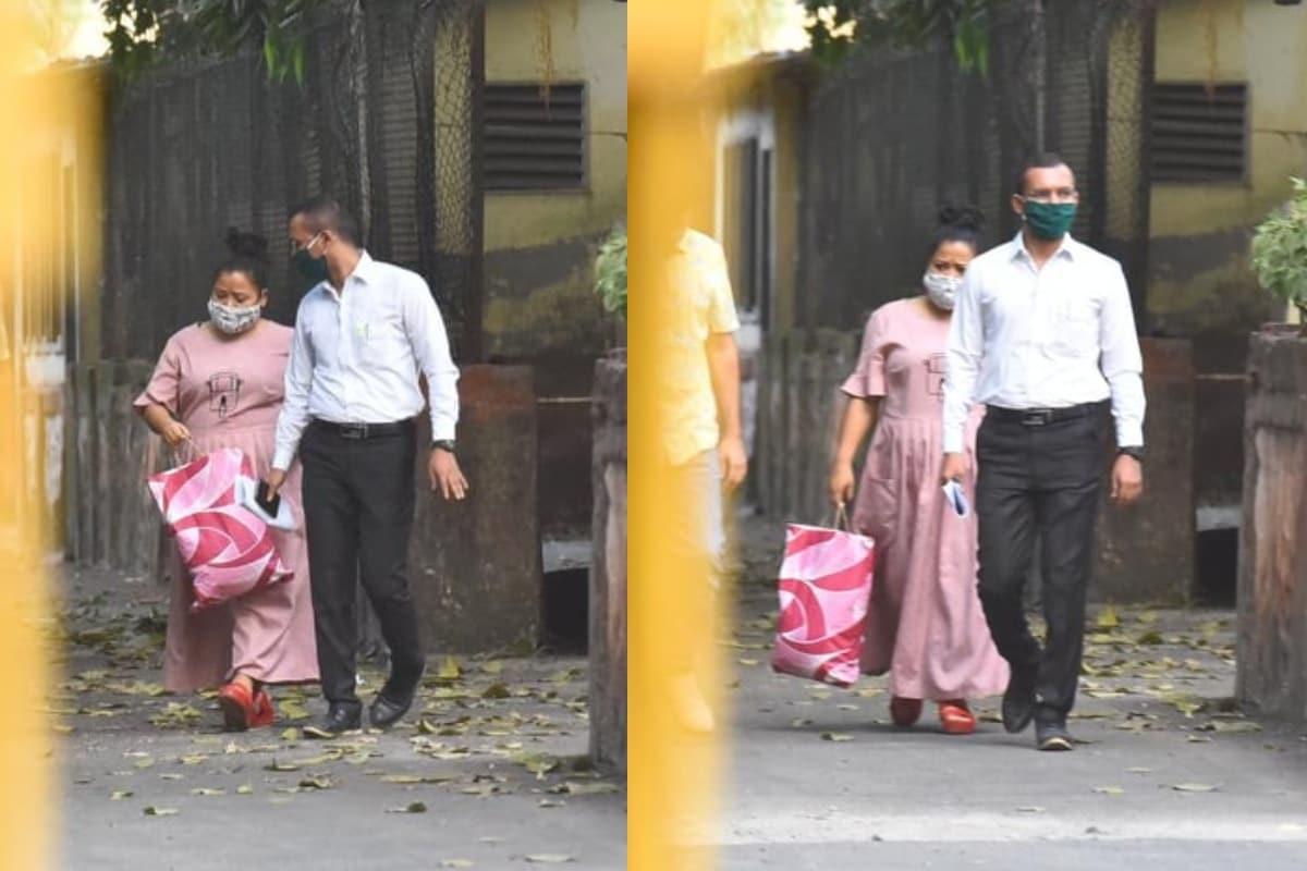 नई दिल्ली. ड्रग्स मामले में नारकोटिक्स कंट्रोल ब्यूरो (NCB) की टीम लगातार जांच में जुटी हुई है. इसी क्रम में NCB की टीम द्वारा कॉमेडियन भारती सिंह (Bharti Singh) और उनके पति व टीवी एंकर हर्ष लिम्बाचिया (Haarsh Limbachiyaa) को भी गिरफ्तार कर लिया गया था, लेकिन स्पेशल एनडीपीएस कोर्ट ने सोमवार को दोनों को जमानत दे दी है. वहीं, सोशल मीडिया पर भारती के जेल से बाहर आने की तस्वीरें वायरल हो रही हैं. (फोटो साभारः Viral Bhayani)