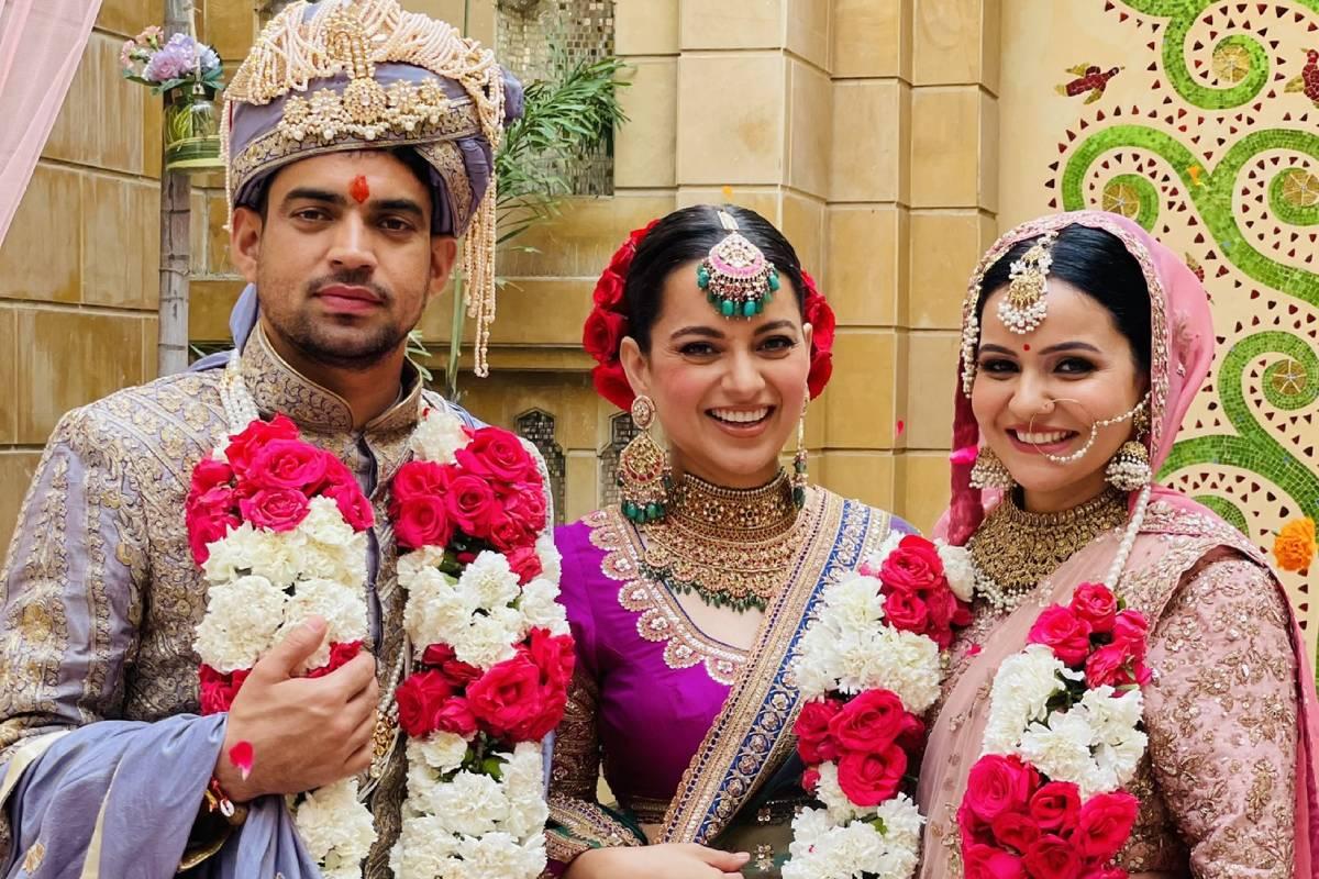 कंगना रनौत (Kangana Ranaut) के भाई अक्षत रनौत आज रितु सांगवान के साथ सात फेरों के बंधन में बंध गए. कंगना ने अपने भाई के लिए वेडिंग डेस्टिनेशन के तौर पर राजस्थान के प्रसिद्ध उदयपुर (Udaipur) को चुना जहां राजस्थानी थीम (Rajasthani Theme) से पूरे शाही अंदाज में ये शादी हुई. (Photos- @kanganaranaut/Instagram)