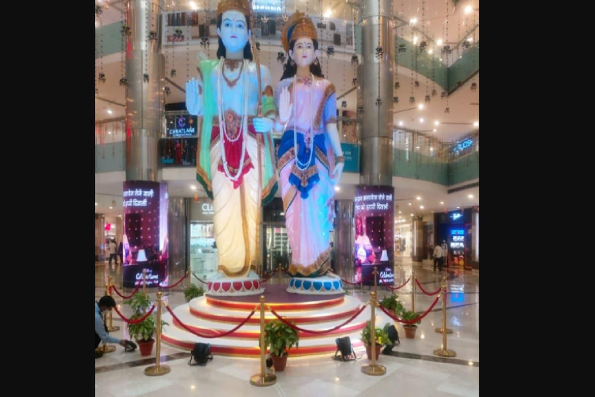 दिवाली को लेकर इस बार दिल्ली- एनसीआर के मॉल भी पूरी तरीके से तैयार हैं. गुरुग्राम की एंबिएंस मॉल मेंभगवान श्रीराम और माता सीता की 24 फीट लंबी प्रतिमा लगाई गई है, जो कि मॉल में आने वाले लोगों के बीच आकर्षण का केंद्र बनी हुई है. कोविड-19 के चलतेलोगों में नेगेटिविटी बढ़ रही है. ऐसे में फेस्टिव सीजन में खरीदारी करने आने वाले लोगों के अंदर पॉजिटिव एनर्जी का संचार करने के लिए यह प्रतिमा लगाई गई है.