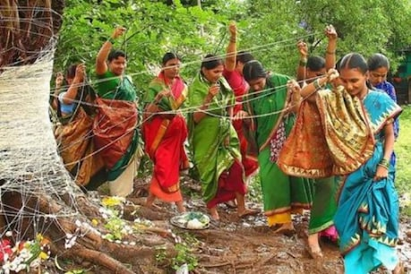 आंवला नवमी के दिन पूजा करतीं महिलाएं.