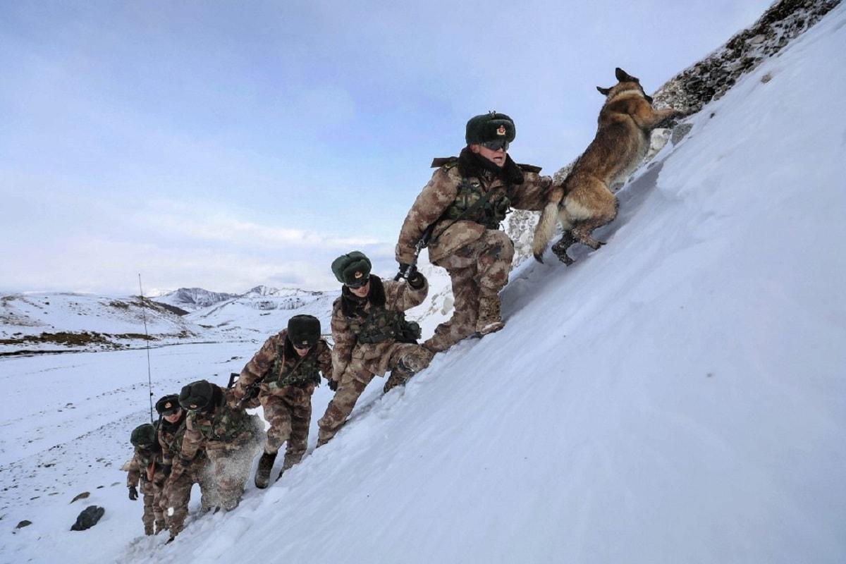 भारत के साथ जारी शांतिवार्ता के बीच चीन ने पूर्वी लद्दाख में भीषण ठंड के मद्देनज़र अपने सैनिकों के लिए सैकड़ों ट्रकों में लादकर हजारों टन आवश्यक सामान की आपूर्ति की है. चीन ने आने वाले महीनों में इस इलाके में जमा देने वाली ठंड से ठीक पहले यह आपूर्ति की है. चीन के सरकारी टीवी चैनल CCTV ने बताया कि सैकड़ों की संख्या में विशाल ट्रक दिन-रात सफर करके पूर्वी लद्दाख पहुंचे. माना जा रहा है कि चीन ने पूरे ठंडभर इस इलाके में बने रहने की तैयारी की है. (फोटो- AFP)