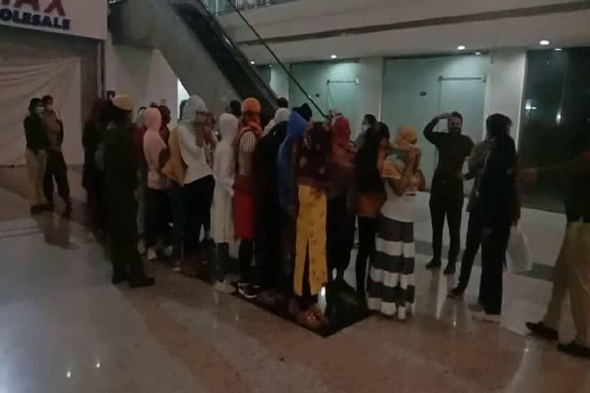 हरियाणा के सोनीपत जिले में पुलिस ने सेक्स रैकेट का भंडाफोड़ किया है. पुलिस ने कुंडली स्थित पारकर मॉल में छापा मारकर पांच स्पा सेंटरों से 25 युवतियों और 17 युवकों को काबू किया है. एसपी के निर्देश पर स्पेशल टीम ने वीरवार शाम को स्पा सेंटरों पर एकसाथ छापे मारे. (PHOTOS: News18)