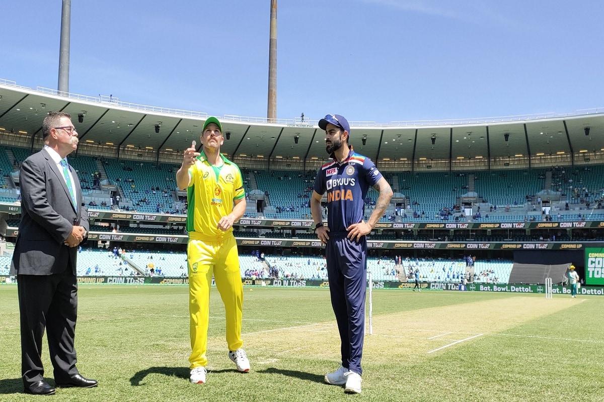 सिडनी वनडे में भारतीय टीम को ऑस्ट्रेलिया ने 66 रनों के बड़े अंतर से हराया. पहले बल्लेबाजी करते हुए ऑस्ट्रेलिया ने 50 ओवर में 374 रनों का बड़ा स्कोर खड़ा किया और जवाब में टीम इंडिया 308 रन बना सकी. इस हार के साथ टीम इंडिया सीरीज में 0-1 से तो पिछड़ ही गई लेकिन सिडनी की हार विराट कोहली (Virat Kohli) के कप्तानी करियर का सबसे खराब दिन भी लेकर आई. (PC-BCCI)