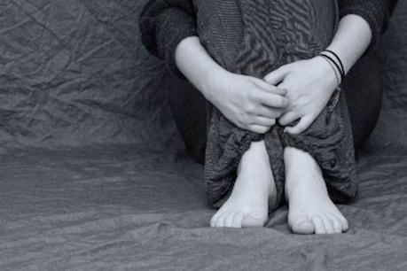 घरेलू हिंसा के कारण कुछ महिलाओं में डिप्रेशन के लक्षण ज्यादा दिखाई देते हैं. ऐसा महिलाओं में हार्मोन में बदलाव के कारण भी होता है.