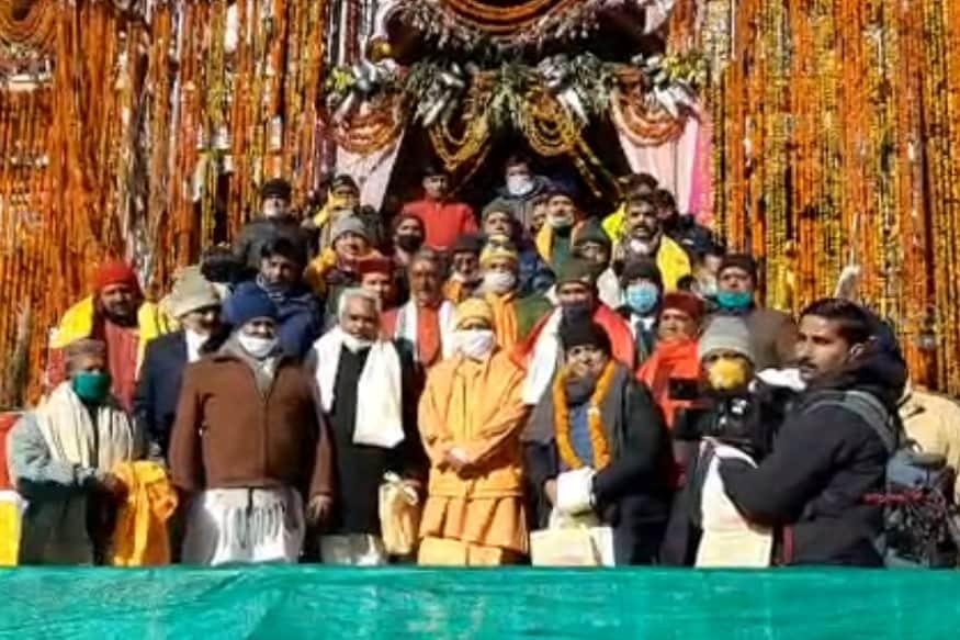 yogi, trivendra in badrinath, CM योगी आदित्यनाथ और CM त्रिवेंद्र सिंह रावत ने मंगलवार को भगवान बदरी विशाल के दर्शन किए.