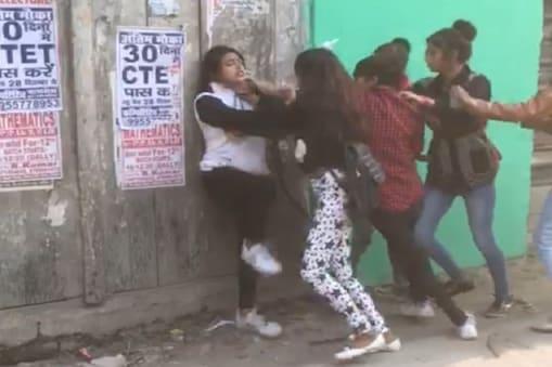 बिहार के कटिहार में सड़क पर भिड़ीं लड़कियां