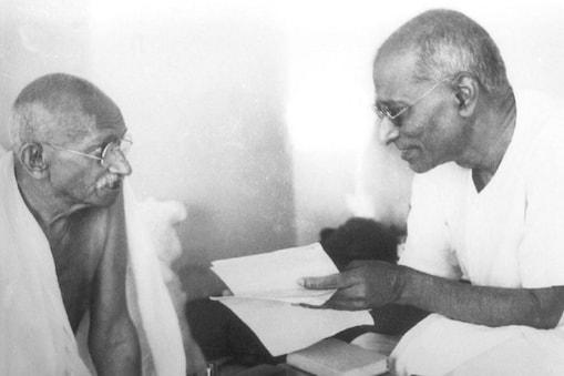 गांधीजी के साथ सी. राजगोपालाचारी, जो गांधी के सबसे विश्वस्त सलाहकार माने जाते थे और बेहद ज्ञानी