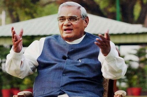 बलरामपुर. पूर्व प्रधानमंत्री भारतरत्न अटल बिहारी वाजपेयी (Atal Bihari Vajpayee) और बलरामपुर (Balrampur) का पुराना नाता रहा है. आज भी बलरामपुर की स्मृतियों में अटल की स्पष्ट छाप दिखाई देती है. बलरामपुर वह धरती है, जिसने अटल बिहारी वाजपेयी को पहली बार संसद में भेजने का गौरव हासिल किया है. सन् 1957 में अटल बलरामपुर लोकसभा से चुनाव जीतकर संसद पहुंचे थे. 1957 में उन्होंने कांग्रेस के बैरिस्टर हैदर हुसैन को हराया था. हालांकि 1962 का चुनाव वो कांग्रेस की सुभद्रा जोशी से 200 मतों से हार गए थे लेकिन 1967 में अटल ने कांग्रेस की सुभद्रा जोशी को हराकर विजय प्राप्त की थी. इसके बाद अटल जी 15 वर्षो तक बलरामपुर की सक्रिय राजनीति में कायम रहे. (Photo- flickr)