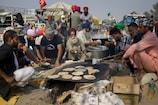 गरीबों और बेघरों के लिए 'भगवान' बनकर आए 'अन्नदाता', खिला रहे भरपेट खाना
