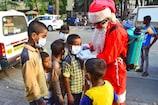 मुंबई की सड़कों पर बच्चों को टॉफियों की जगह Mask बांटता नजर आया Santa Claus